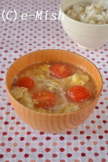 【トマトとえのきのかき玉味噌汁】 『赤』と『黄』を補ってくれる、トマトと玉子を使ったお味噌汁です。トマトのさっぱりとした旨味は、意外と味噌との相性もいいですよ。