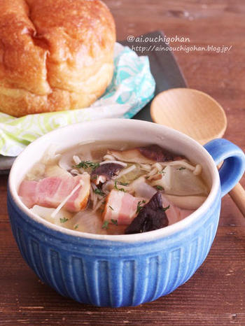 【きのことベーコンのコンソメスープ】 しめじとしいたけで『黒』、ベーコンで『赤』が摂れるコンソメスープ。朝から元気に動き出すためには、あったかいスープは特におすすめですよ。