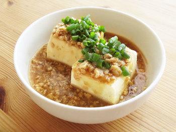 生姜をきかせ、とろりと仕上げた鶏そぼろを温めた豆腐にかけて。体も温まる、しみじみおいしい一品。冷凍してある鶏ひき肉などでも簡単にできます。