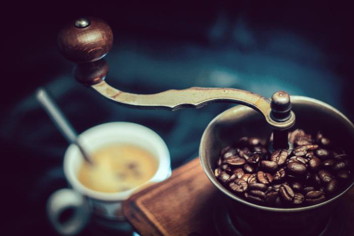 しっかりとコーヒーの香りを楽しみたい本格派さんは「豆」タイプのフレーバーコーヒーはいかがでしょう?豆が酸化するのを抑え、美味しいフレーバーコーヒーを長い間飲むことができます。豆を挽く際、ミルに香りがついてしまうことがあるので、すぐに洗うか、フレーバーコーヒー専用のミルを用意すると安心です。