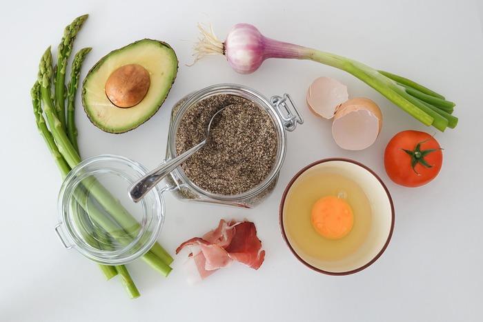 隠し味とは、味付けを強調したりアクセントをつけるために、ほんの少しだけ別の食材を入れること。料理全体を引き立たせる役割を持ちます。