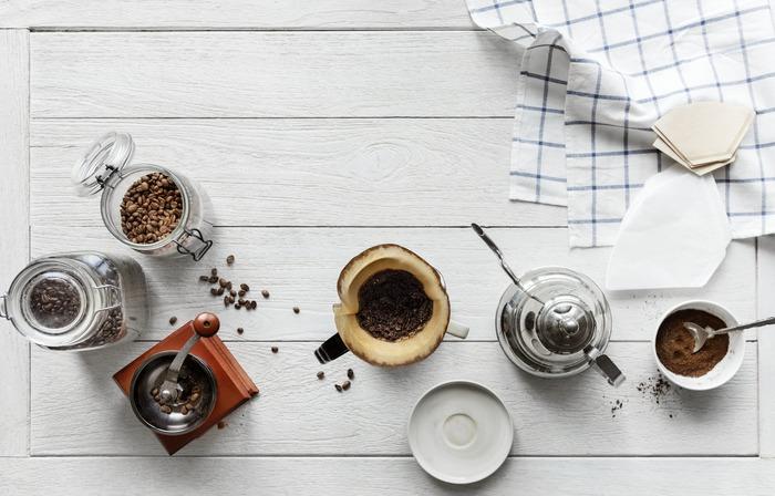 コーヒーを隠し味に使う時は、溶けやすくて量の調節もしやすいインスタントコーヒーがおすすめです。独特の苦みと香ばしさで料理を深みのある味わいに変えるほか、オーブン料理の下味に使うと焼き色をキレイに仕上げる効果もあります。