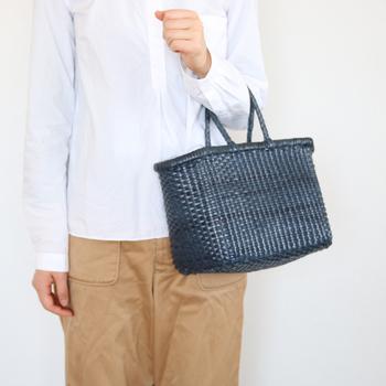 レザーを編み込んだ上質なかごバッグは、何気ない装いもスタイリッシュに演出してくれます。どんなコーディネートにも品よく馴染んで、デイリーからお出かけまで幅広いシーンに活躍してくれます。