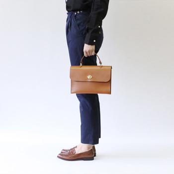 イギリスらしいクラシカルなデザインのHEBEは、シックなワンピースやジャケットスタイルとの相性も抜群です。ハンドバッグとしてもショルダーバッグとしても使用できるので、普段使いからビジネスまで幅広いシーンに活躍してくれますよ◎。