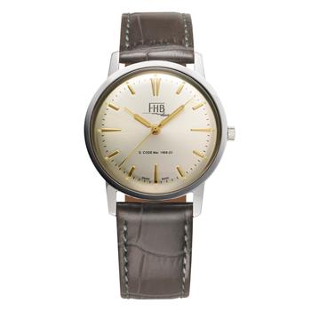 続いてご紹介するのは、スイスの時計メーカー「FHB(エフエイチビー)」のドレスウォッチです。こちらのF908SCY-GYモデルはCLASSIC FLAIR SERIESというネーミングの通り、どことなく懐かしさを感じるクラシカルなデザインが特徴です。