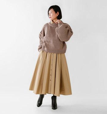 たっぷりとしたシルエットが可愛らしくも大人っぽいニットには、あえてボリュームのあるスカートを合わせて甘めコーデを作り上げましょう。足元を黒のショートブーツで引き締めればメリハリのあるコーディネートが作り出せます。