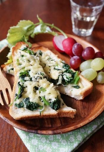 【カルシウムたっぷりトースト】 ほうれん草とシラス、ピザ用チーズをのせて焼く、ボリュームたっぷりのトーストです。この一枚で『緑』『黄』『白』が摂取できます。