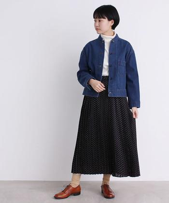 軽やかなドット柄スカートは、春がやってきた時期に着たい1枚。どこかレトロな形のデニムジャケットには、足元にもレトロ感のあるシューズを合わせて、ちょっと古着風のコーデを楽しんで。