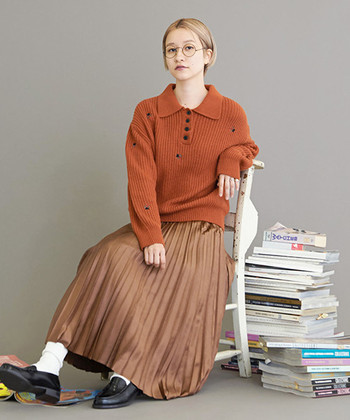 どこか懐かしいほっこりとした色合いのニットにぴったりな、オレンジブラウンのスカート。足元は白ソックス+ローファーでレトロなスクールガール風に♪あたたかみのある色味は特に寒い日に着ると心までほっと温かくなりそうですね!