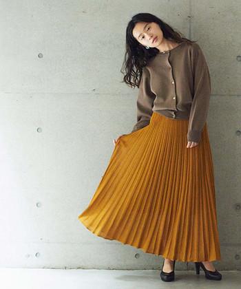 ニットが解禁になる秋口から取り入れたい、綺麗な銀杏色のスカートは春にも大活躍!土や木の幹をイメージさせる淡いブラウンのトップスを合わせて安心感のあるナチュラルコーデに。足元にヒールを合わせると、ピリリとスパイスが効いた大人な雰囲気になりますね。