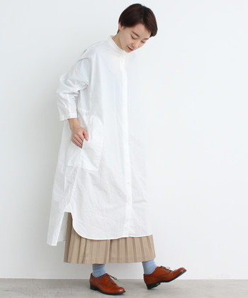 お気に入りのシャツワンピースには、ベージュのプリーツスカートをレイヤード。面積の広いアイテムには、プリーツスカートの細かな縦ラインが小気味いいコントラストになって、シルエットがリズミカルになりますよ!