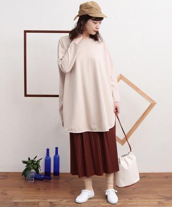 冬から履き続けている大好きなボルドーのスカートには、ベージュアイテムで春らしいハートウォーミングな優しさをプラス。キャップを被ることで程よいボーイズミックススタイルに。
