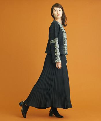 民族風な刺繍がお洒落なトップスは、あえて全身を同じ色で統一。ふわりと広がるプリーツスカートを合わせることで、オールブラックでも軽やかな仕上がりになりますよ。