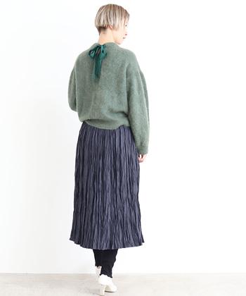 渋めのカーキカラーが素敵なスカートは、同じトーンのグリーンのニットを合わせてどこかノスタルジックに。足元に白をプラスすれば軽やかさも演出できます。