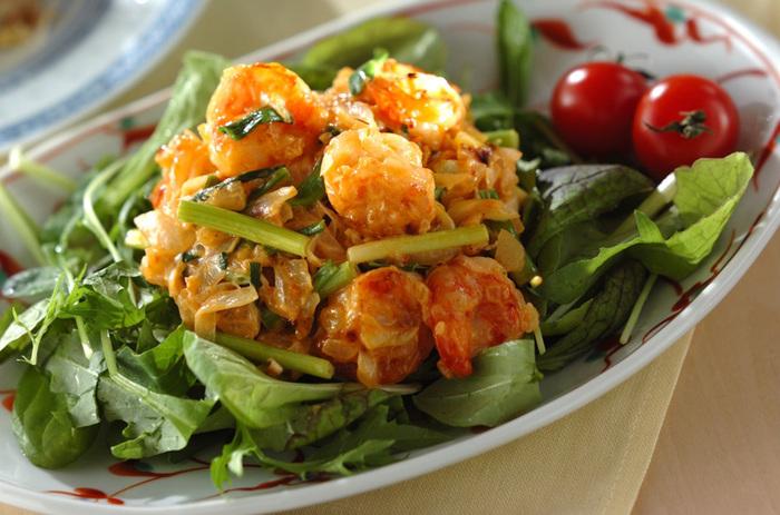 マヨネーズとプレーンヨーグルトで和えてカロリーダウン。まろやかな味わいとプリプリの海老がよく合います。