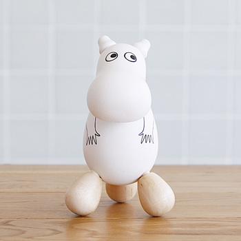 続いてご紹介するのは、なにやら足元がかわいらしいフィンランドを代表するキャラクター「ムーミン」。こちらは白樺で作られた、なんと「つぼ押し人形」。