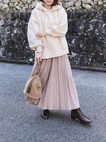 優しいピンクベージュのスカートには、可愛くなりすぎ防止にビックシルエットのパーカーをON。足元にショートブーツをチョイスしてきちんと感もプラスするとなお良しです♪