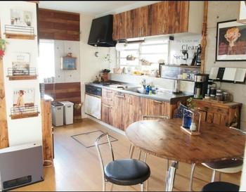 それではリメイクシートを使った食器棚のアレンジ実例をご紹介していきます。インテリアテイストに合わせたシートを使って、キッチンを素敵にチェンジ!
