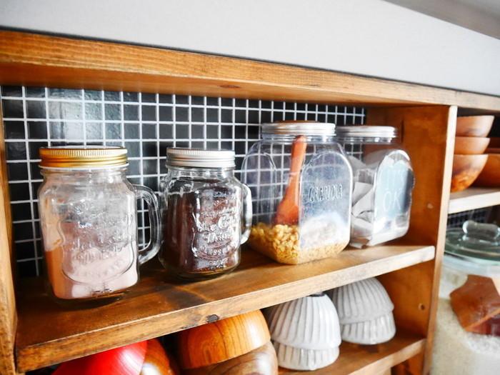 「食器棚だけキッチンのインテリアや雰囲気から浮いてしまっている…」これは、引越しや模様替えなどでお部屋のイメージを変えた時によくあるお悩みです。かといって買い替えるのは一苦労ですよね。そんな時は、自分でリメイクしておしゃれに変身させてみませんか? シートを貼ったりペイントしたり、実は意外と簡単に食器棚の雰囲気を一新することができちゃいます。今回はそんな食器棚のリメイク方法を、素敵な実例集と共にたっぷりとご紹介していきます。