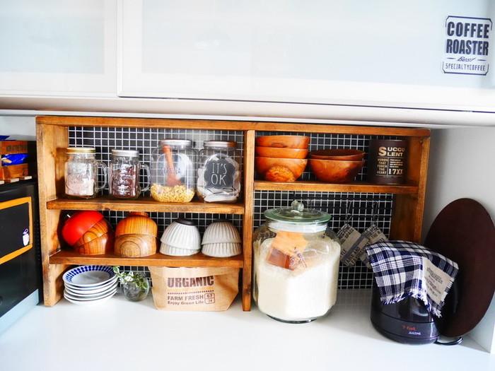 ブラックのタイル柄リメイクシートを食器棚の背板部分にだけ貼ってアクセントにしている実例です。黒い背景に食器やキャニスターが引き立って素敵ですね。