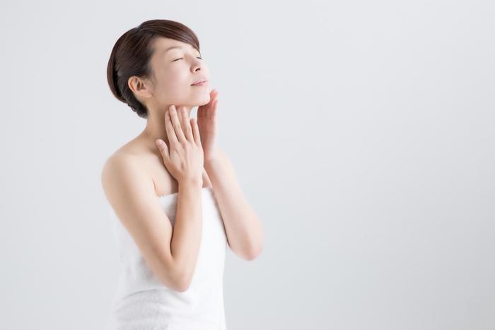 血行が悪く筋肉が凝り固まっておこる肩こりや腰痛にも「交互浴」は効果的。血流が良くなることで肌もトーンアップして、美肌効果も期待できます。
