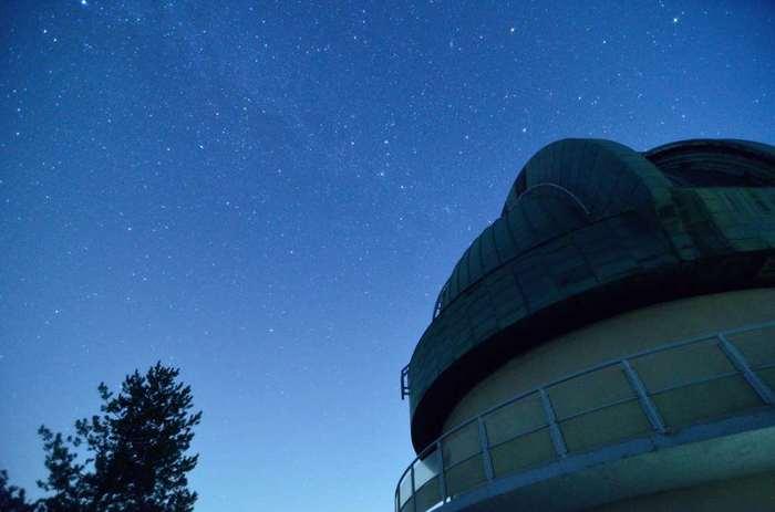 ここは1962年から2000年まで「国立天文台堂平観測所」として、さまざまな観測が行われてきました。今も天文台がそのまま残っていて、月に2回予約制の星空観測会が行われています。星座に詳しくない方も、スタッフの方の説明を聞きながら楽しめますよ。