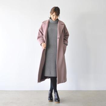 グレーのタートルニットワンピースにモーブカラーのロングコートを合わせた、大人のニュアンスカラーが素敵な組み合わせ。冬はアウターとの丈感がポイントで、同じくらいの丈感を選ぶとすっきりまとまります。