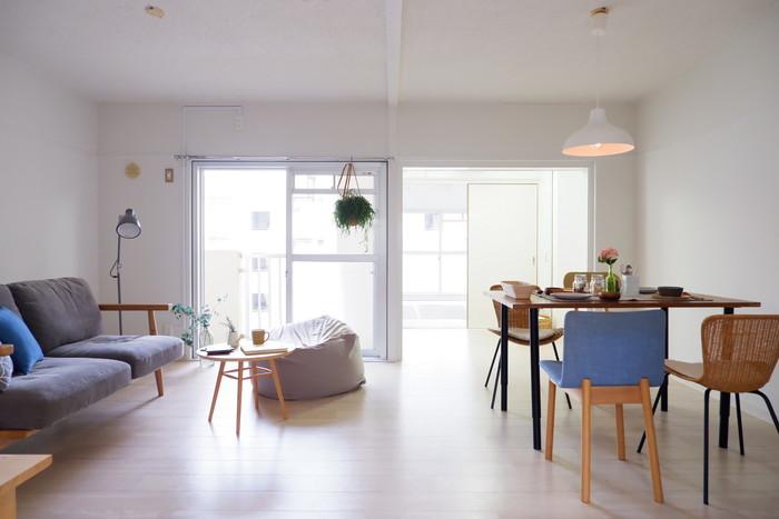 「お部屋づくり」と合わせて重要となるのが、「インテリア」の工夫です。お部屋にしつらえる家具や照明、ファブリックなど、選び方ひとつで大きく印象が変わります。色づかいや素材など、心理面に与える影響だけでなく、使い勝手がよいかどうかも、居心地のよさを左右するポイントです。