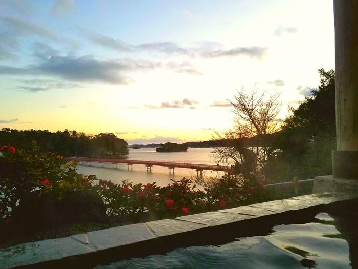 温泉の露天風呂からは、松島の東に浮かぶ「福浦島」と、島と海岸を繋ぐ「福浦橋」を眺めることができます。広々とした海にかけられた約252mの朱塗りの福浦橋は、別名「出会い橋」とも呼ばれています。温泉とランチでパワーチャージした後は、実際に橋を渡ってみるのもおすすめ。自然豊かな福浦島で、素敵な出会いが待っているかもしれません。