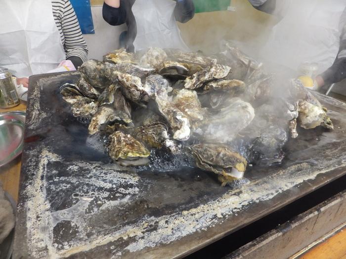 かき小屋は、松島の牡蠣のシーズンである10月から3月にかけてオープンしています(その年によって変更することがあります)。目の前で焼かれた牡蠣を食べ放題で楽しむことができる、牡蠣好きにはたまらないお店です。前日までに予約すると、より長い時間で食べ放題を楽しむことができるので、たくさんいただきたい方は予約をして訪れるのがおすすめ。