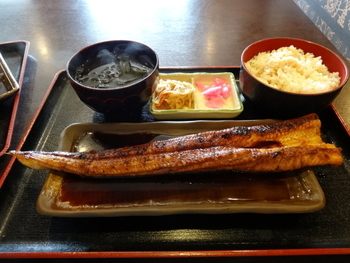 看板メニューである穴子丼は、人気のために午前中で売り切れてしまうことも多いのだとか。ぜひ早めに訪れて、香ばしさの中に甘みを感じる絶品の穴子を堪能してみてくださいね。