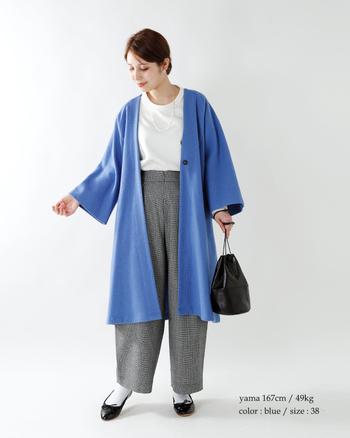 目にも鮮やかなブルーのアウターを羽織って春気分を満喫。インナーに白を取り入れているので重くならず、爽やかな印象に。足元も靴下でしっかり防寒。