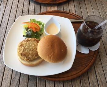 自家製のハンバーガーは、白身魚のすり身にマグロのフレークを合わせ、カラッと揚げたカツがサンドされています。かまぼこ屋さんならではの素材の組み合わせが楽しい、ここでしか味わえないバーガーです。