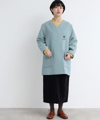 パステルでもミントグリーンなら甘すぎずナチュラルに着こなせます。首元からタンポポを思わせるような黄色を覗かせて春めきコーデに。足元はタイツでしっかり防寒。