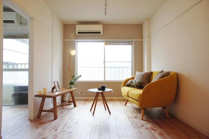 """家具を置くとその分お部屋の広さは失われますが、選び方ひとつで""""広く見せる""""ことは可能です。それは、脚付きの家具を選ぶこと。家具で床面を覆ってしまわないため、抜け感が広さを感じさせてくれるのです。フローリングと同系色の家具を選ぶと、お部屋に統一感が出て落ち着いた雰囲気になります。"""