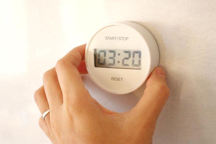 タイマーを使うことで、計画通りに時間を管理することができます。携帯のアラーム機能はもちろん、キッチンタイマーや腕時計のアラームでも大丈夫。作業開始とともにタイマーをセットし、アラームが鳴ったら次の作業に移ります。