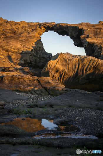 馬の背洞門は、城ヶ島のほぼ南端に位置しています。海蝕洞穴の真上の道が馬の背のように見えることから、そのような呼び名になったそうです。 この洞門、1923年までは洞穴が船をくぐることが出来たそうなのですが、関東大震災の時に地面が隆起し、現在では洞穴のほぼ全体が海上に出ています。 洞穴の上の細い道も昔は通行できましたが、今は崩落の危険があるようなので通行禁止になっています。近くで洞穴の様子を観察したり、写真撮影を楽しんだりしてはいかがでしょう!