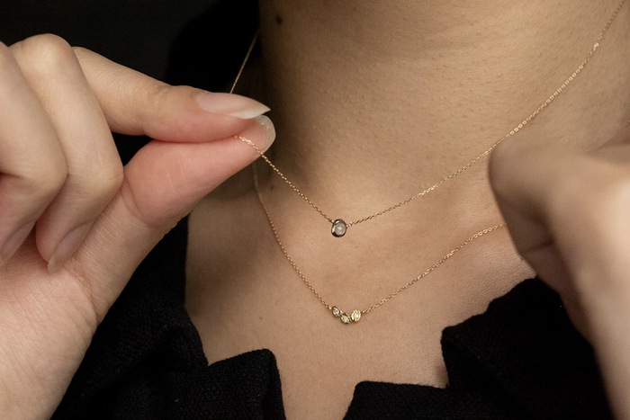 ネックレスの重ね付けは何センチがベストバランスなのかと悩む人もいますが、これはその人によって全然違います。ですから、長さの合わせ方に悩んだ時は、アジャスターで調節できるネックレスを選びましょう。鏡を見ながら自分にぴったりなバランスで、ネックレスの重ね付けを楽しみましょう♪