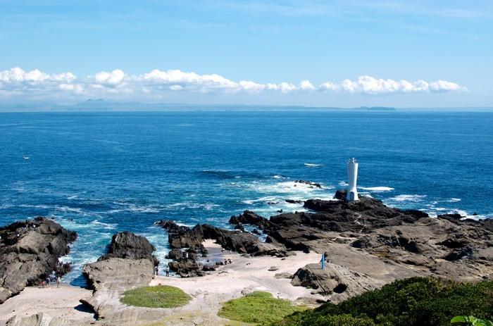 干潮時に渡れるようになる岬先端の岩場は、魚が多く釣れる絶好のポイント!早朝から多くの釣り人で賑わいます。また、岩場のあちこちに潮だまりができ、海洋生物なども観察できるので、是非、童心にかえって磯遊びしてみてはいかがでしょうか♪  安房崎灯台は、円筒形のくびれたような面白い形をした灯台です。中に入ることはできませんが、灯台付近からは房総半島を望むことが出来ます。この安房崎という名前は、実は安房の国(千葉県)を一望できることが由来なんだそうです。晴れていれば逆方向に伊豆半島や伊豆大島を望むことも出来ます。