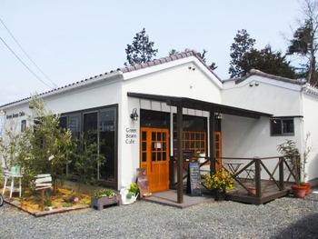 茶屋町の桜橋のふもとにある「Green Beans Cafe(グリーン ビーンズ カフェ)」は、地元農家から直接仕入れた新鮮なお野菜たっぷりのランチが評判です。