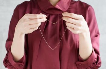 あまりにも大ぶりすぎるネックレスを重ね付けすると、ゴテゴテした雰囲気になりがち。一粒ダイヤモンドやシンプルなチェーンネックレスなどを重ね付けして、大人っぽいネックレス遣いを意識するのがおすすめです。