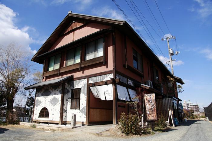玉島の溜川公園の河畔にひっそりと佇む「割烹バル京ひろ」は、懐かしくて新しいをテーマに、地元で取れた旬の素材を活かしたお料理が自慢の和食店。