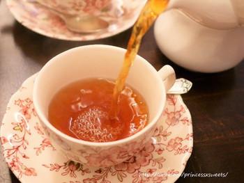 厳選した高品質の茶葉を使用しており、好みに合わせてさまざまな風味に調整してくれます。2か月ごとに変わるフレーバーティーやデザートドリンク、オーナーさん自らが作っている英国風菓子が人気です。
