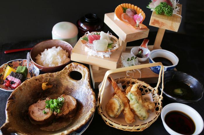 他にも、日替わりのメイン料理4種からセレクトする「京ひろ定食」も人気。お刺身、天婦羅、茶碗蒸し、小鉢、サラダ、ごはん、吸い物、デザート、ドリンクがセットになっていて、ボリューム満点です。
