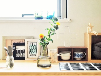 シンプルなガラス花瓶に、さりげなく花を飾って。かっちりとし過ぎず抜け感があるのに、食器類と調和してとてもセンスよくまとまっています。