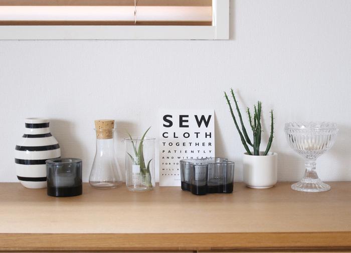 同種類のアイテムを集めて飾ると、まとまりのあるディスプレイに仕上がります。こちらのお宅のように、複数の雑貨を飾るときはランダムに並べると洗練されたおしゃれな雰囲気に。