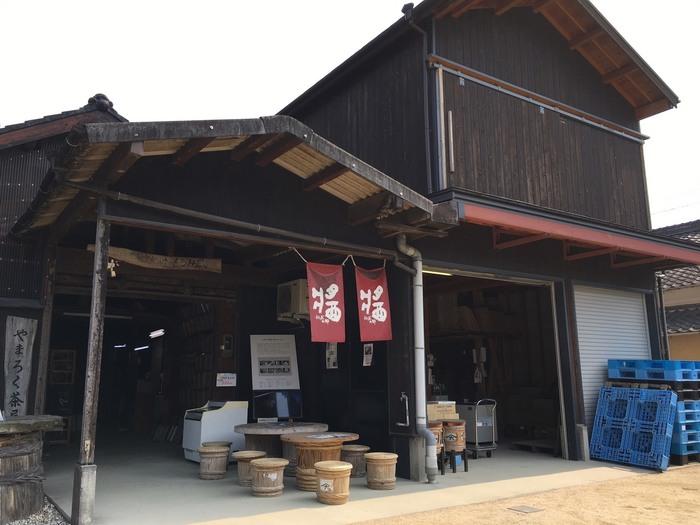 小豆島といえば、醤油が名産品。ヤマロクは、150年ほど前から醤油を絞る前の「もろみ」の卸販売を生業としていましたが、まだ戦後の空気が残る1949年から醤油の醸造を始めました。1つ1つ手づくりされた大杉樽で仕込まれる醤油は、コクとまろやかさが違います。 醤油蔵が予約不要で見学でき(しかも無料!)、樽を使ったテーブルと椅子で醤油をつかった甘味をいただける、個性的なお店です。