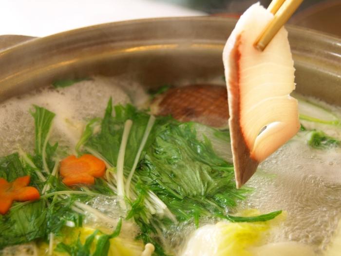 寒さが続き、鍋料理がまだまだ美味しい季節ですね。お鍋だけでも充分楽しめますが、熱々の鍋料理を頬張った後にほどよく冷たいお酒を流し込むと、より美味しく感じるもの。ぜひ「お鍋×お酒」の組み合わせを知り、冬の醍醐味を味わいましょう!