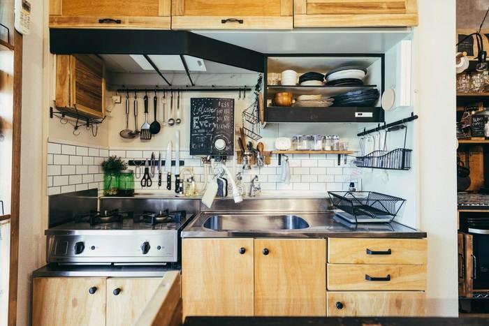 新築のようにダメージのあるお部屋の現状回復を目指すリフォームと違い、リノベーションとは、より住む人に合った生活様式を実現できるよう、お部屋を仕切ったり広げたり、使いやすい収納に改良したりと、お部屋に様々な機能をもたらすこと。  自分たちの手で細かくデザインできるため、DIYも人気です。 賃貸であってもできることはたくさんありますよ。