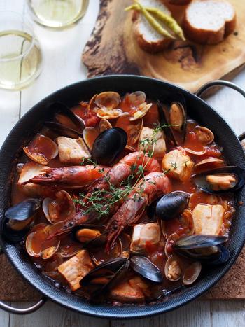 ブイヤベースは、フランスの寄せ鍋とも言える鍋料理。魚介類をたっぷり使っているので、白ワインやスパークリングワインと相性抜群です♪